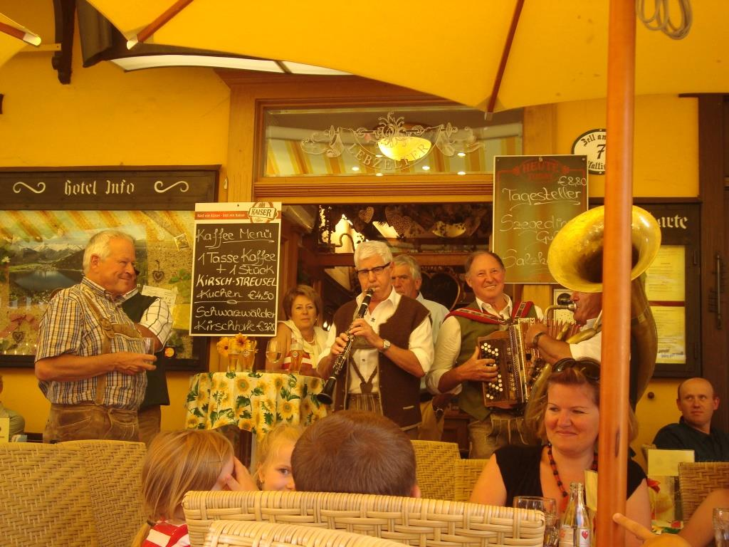 Een Schlagerband kwam even bij het restaurant spelen!