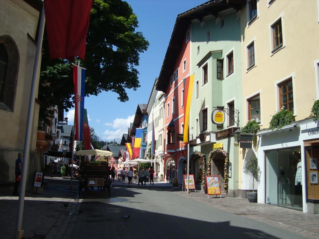 Centrum van Kitzbühel, lijkt net op Notting Hill met die vrolijke pastelkleurige huisjes!